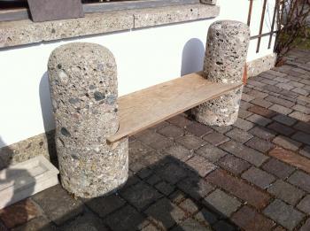 sitzbank aus naturstein und holz sitzb nke gartentische shop. Black Bedroom Furniture Sets. Home Design Ideas